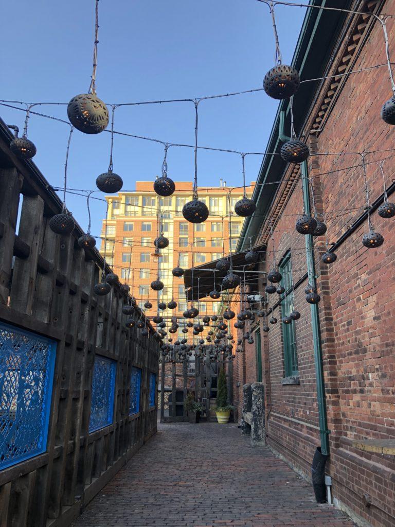 Décorations installées dans l'ancien quartier de la distillerie à Toronto - Distillery District