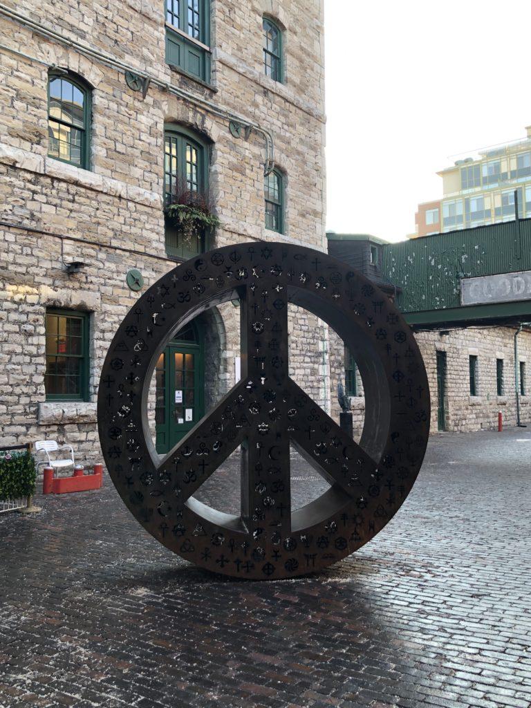 Symbole Peace & Love dans les ruelles de Distillery District - Toronto