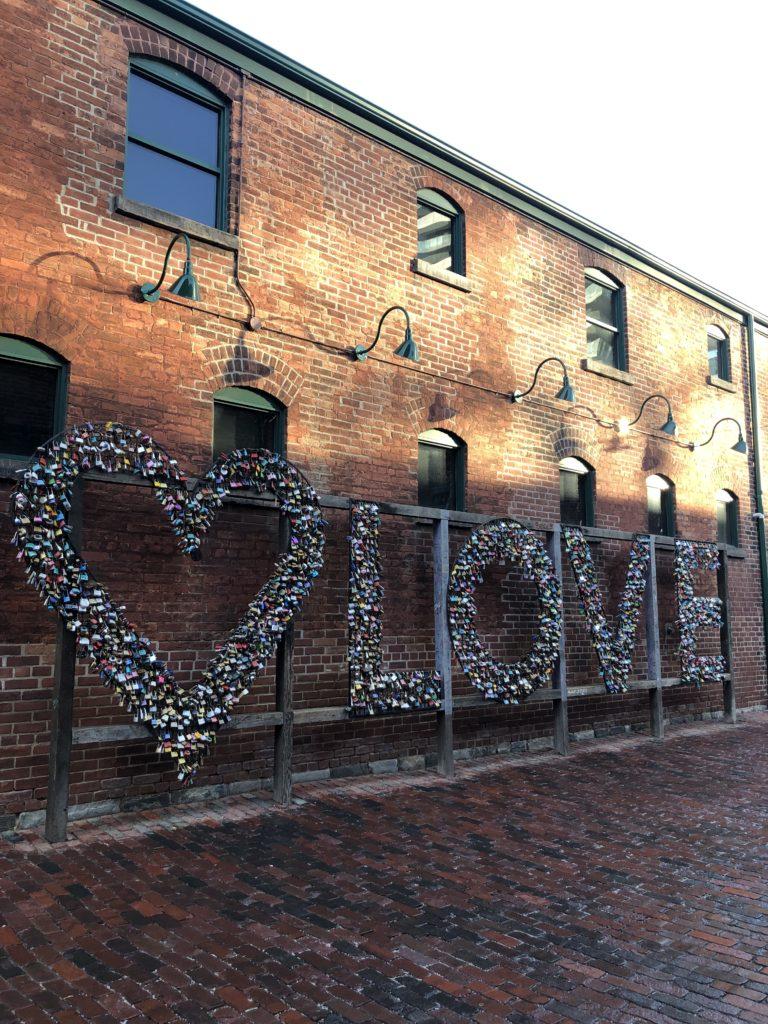 "Installation ""Love"" située dans une rue du Distillery District à Toronto"