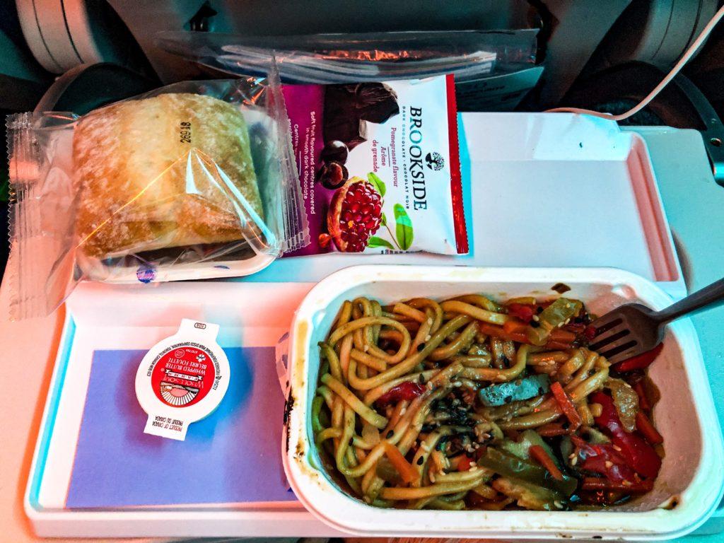 Plateau repas servi en classe économique sur les vols transatlantiques avec Air Transat